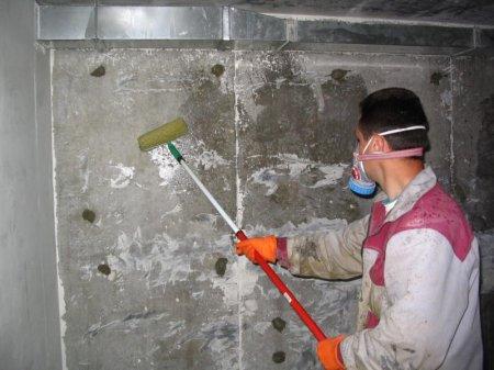 Подготавливаем поверхность перед гидроизоляцией