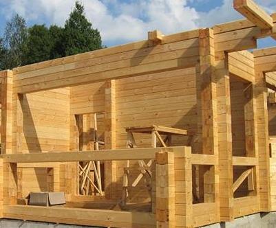 Строительство домов из деревянного бруса: в чем его преимущества?