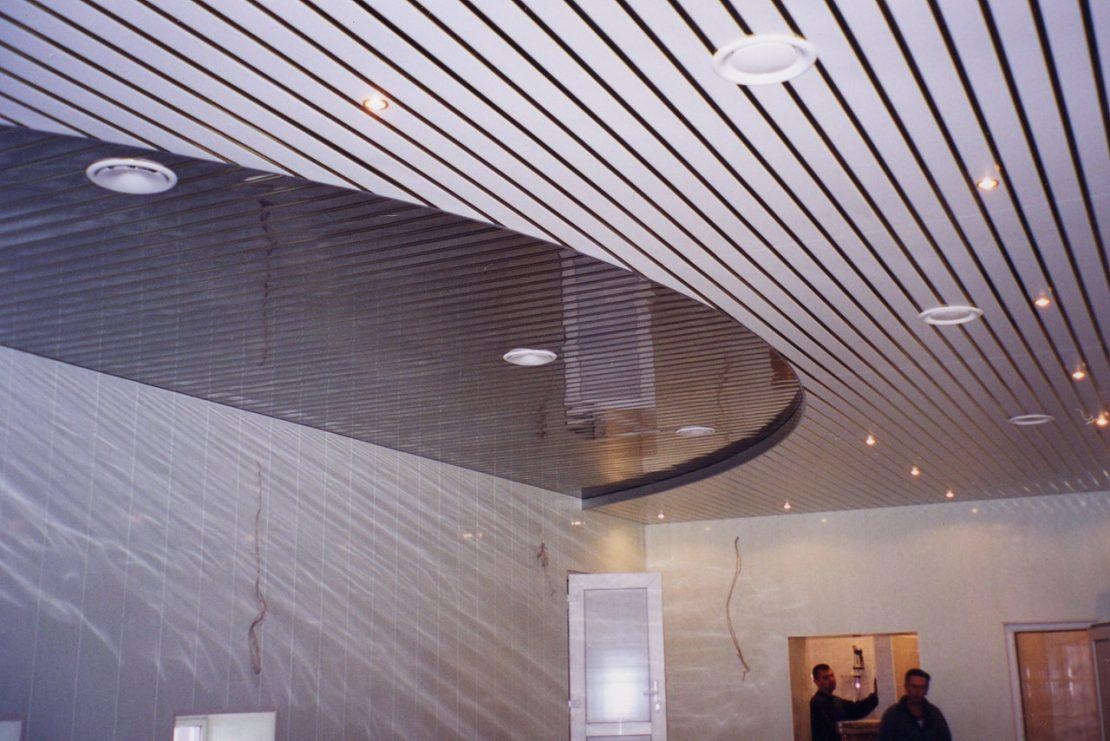 Установка реечного подвесного потолка