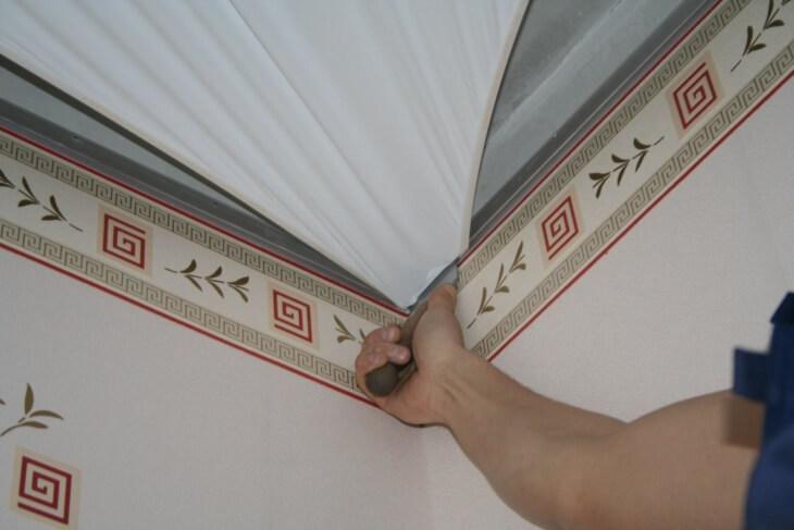Что идет сначала обои или натяжные потолки, как выполняется процесс своими руками
