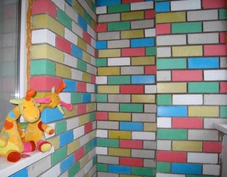 Все этапы покраски кирпичных стен на балконе