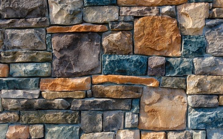Обои под камень и сочетание ярких оттенков в комнате